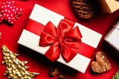 Cadres de cadeau sur le fond rouge photographie stock