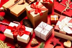 Cadres de cadeau sur le fond rouge images libres de droits