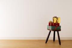 Cadres de cadeau sur le tabouret antique Photo libre de droits