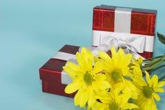 Cadres de cadeaux avec des fleurs photographie stock