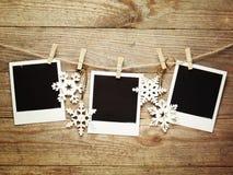 Cadres de photo de vintage décorés pour Noël sur le fond de conseil en bois avec l'espace pour votre texte Image stock
