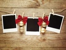 Cadres de photo de vintage décorés pour Noël sur le fond de conseil en bois avec l'espace pour votre texte Image libre de droits