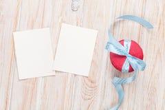 Cadres de photo ou cartes de voeux et macarons avec le ruban Images libres de droits