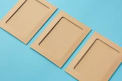 Cadres de photo de Papier d'emballage sur un fond bleu Photo stock