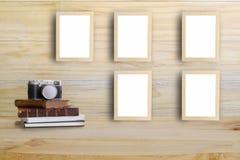Cadres de photo sur le mur et l'appareil-photo en bois, rétro livre Photo libre de droits