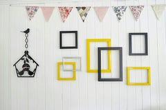 Cadres de photo sur un mur en bois blanc Photographie stock