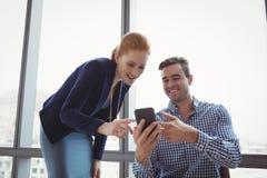 Cadres de sourire à l'aide du téléphone portable Image stock