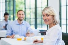 Cadres de sourire dans un restaurant Photo libre de droits