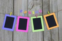 Cadres de tableau colorés accrochant sur la corde à linge Photographie stock libre de droits
