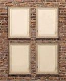 Cadres de tableau en bois sur le mur de briques rouge Image libre de droits