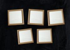 Cadres de tableau en bois vides de photo sur le mur Image libre de droits