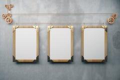 Cadres de tableau en bois vides de steampunk sur le mur en béton gris, moc Photos stock
