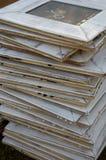 Cadres de tableau grunges blancs empilés Photographie stock