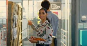 Cadres discutant au-dessus du modèle architectural dans le bureau 4k banque de vidéos