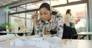 Cadres discutant sur le modèle architectural sur la table 4k banque de vidéos