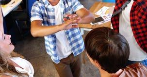Cadres donnant la haute cinq et formant le petit groupe dans le bureau