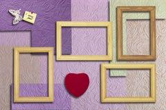 Cadres en bois, coeur et une inscription avec un papillon sur Images libres de droits