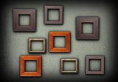 Cadres en bois colorés sur le mur vert Photographie stock libre de droits