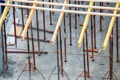 Cadres en bois et renfort en m?tal au nouveau site de construction de b?timents images libres de droits