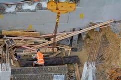Cadres en métal de libération de constructeur d'un crochet de levage de câble de grue Photos libres de droits