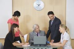 Cadres lors de la réunion au bureau image stock