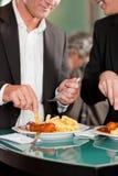 Cadres mangeant le repas délicieux ensemble Images stock
