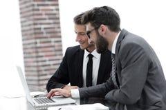 Cadres masculins dans le bureau, regardant l'ordinateur Images stock