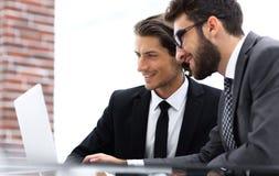 Cadres masculins dans le bureau, regardant l'ordinateur Image stock