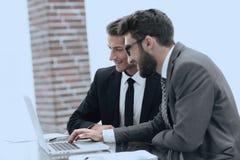 Cadres masculins dans le bureau, regardant l'ordinateur Photographie stock libre de droits
