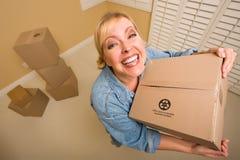 Cadres mobiles de fixation Excited de femme dans la chambre vide image stock