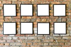 Cadres noirs vides vieux sur le vieux mur de briques Photo libre de droits