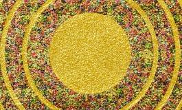 Cadres scintillants colorés de cercle au-dessus de fond brillant d'or Images libres de droits