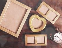 Cadres vides de photo sur le fond en bois de table Photographie stock libre de droits