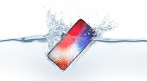 Caduta alta rotta bianca di derisione dello smartphone in acqua, rappresentazione 3d Immagini Stock