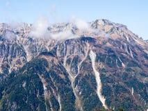 Caduta in anticipo in alpi giapponesi - viste dal ropeway di Shin-Hotaka Immagine Stock