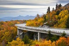 Caduta blu del viadotto della baia di Linn di autunno della strada panoramica del Ridge Immagine Stock