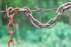 Caduta a catena arrugginita con filo spinato immagini stock