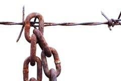 Caduta a catena arrugginita con filo spinato fotografie stock libere da diritti