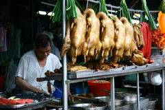 Caduta cucinata degli alimenti sulla stalla del bordo della strada Fotografia Stock
