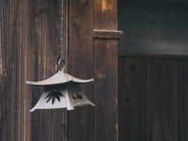 Caduta d'annata della lanterna con fondo di legno Giappone tradizionale Fotografia Stock