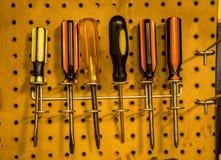 Caduta degli strumenti del lavoro sulla parete Fotografie Stock