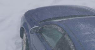 Caduta dei fiocchi della neve sull'automobile archivi video
