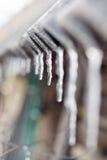 Caduta dei ghiaccioli su un tetto Fotografia Stock