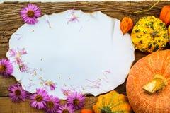 Caduta dei regali circondata vecchia cartolina della composizione in autunno Fotografie Stock Libere da Diritti