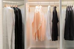 Caduta dei vestiti su uno scaffale Attaccapanni con le camice Immagine Stock Libera da Diritti