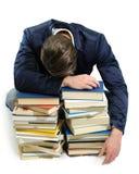 Caduta del giovane addormentata sui libri Fotografia Stock