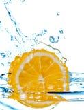 Caduta del limone in acqua con spruzzata Fotografia Stock