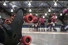 Caduta del pattinatore del derby del rullo fotografie stock