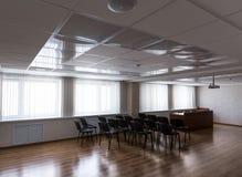 Caduta del proiettore sul soffitto della sala riunioni soleggiata vuota fotografia stock libera da diritti