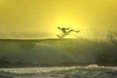 Caduta del surfista di tramonto Immagine Stock